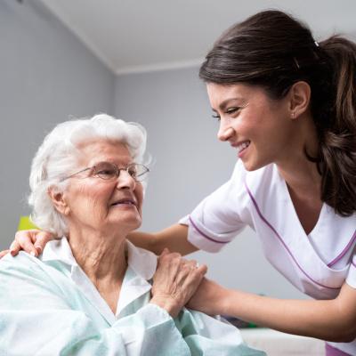 350 000 professionnels de l'accompagnement des personnes âgées à former d'ici 2025